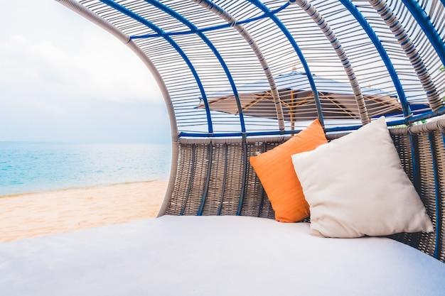 Deck de luxo com travesseiro na praia e no mar