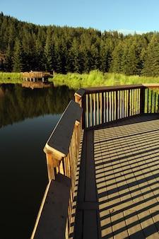 Deck de madeira do lago scenic