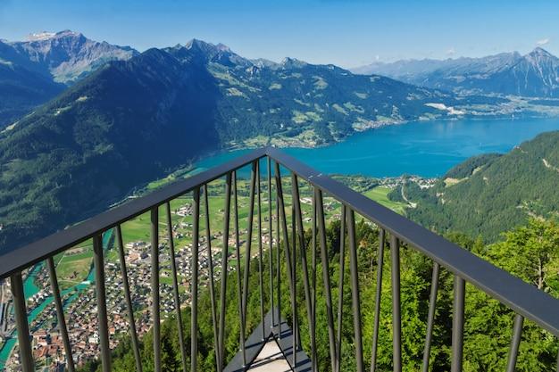 Deck de observação na vigia, ponto de vista nas montanhas dos alpes, suíça