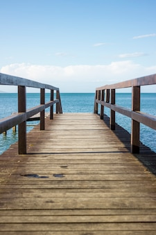 Deck na praia com bela vista do mar e da natureza. céu azul