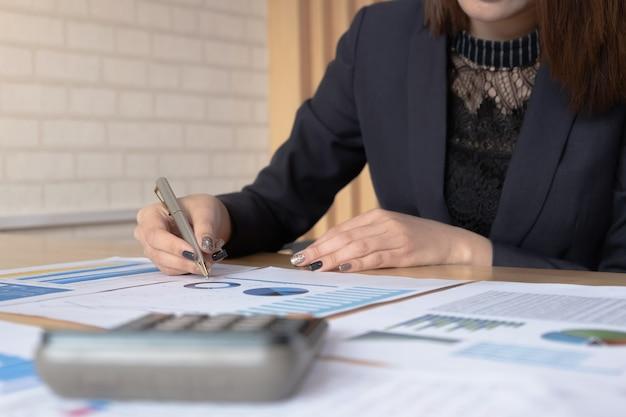 Declaração de balancete de relatório financeiro de mulher trabalhando com gráficos de documentos