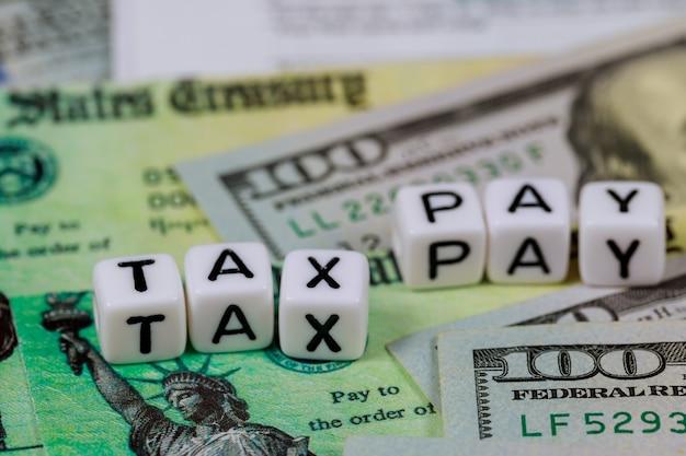 Declaração de imposto de renda de pessoa física dos eua de notas de cem dólares