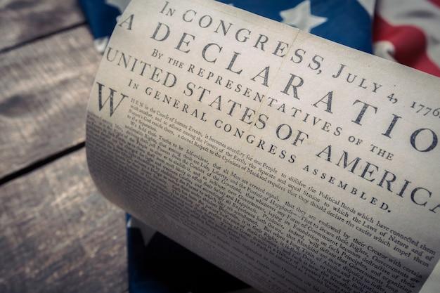Declaração de independência dos estados unidos em uma bandeira de betsy ross
