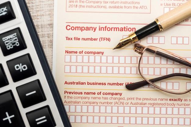 Declaração fiscal australiana e caneta na mesa de madeira
