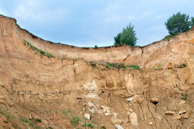 Declive de areia pedreira abandonada para extração de areia