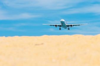 Decolagem comercial do voo do avião do aeroporto internacional com céu claro.