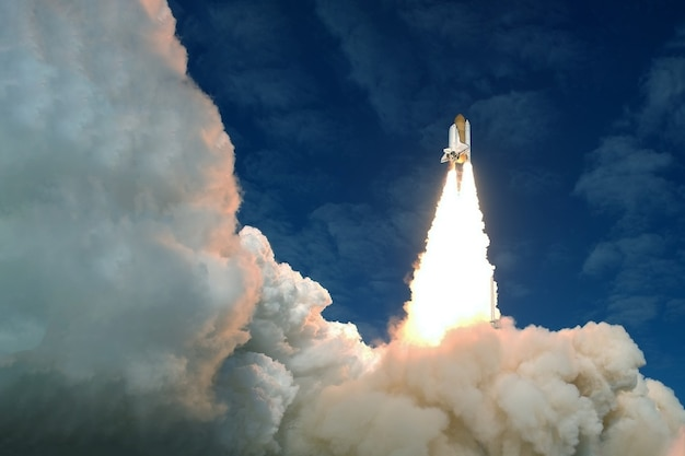Decole o foguete espacial em um fundo de céu azul e sol. os elementos desta imagem foram fornecidos pela nasa. foto de alta qualidade