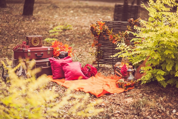 Decoração antiga vintage para uma sessão de fotos ao ar livre.