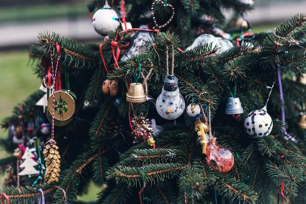Decoração artesanal diy em uma árvore de natal