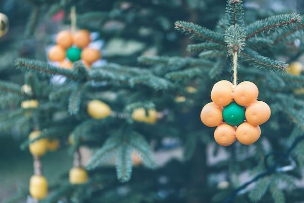 Decoração artesanal diy na árvore de natal