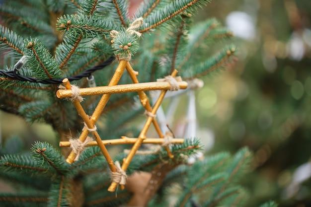 Decoração artesanal em uma árvore de natal. recicle e zero o conceito de desperdício, copie o espaço.