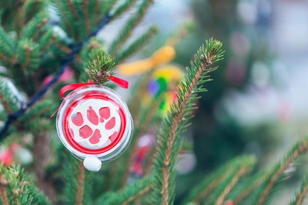Decoração artesanal em uma árvore de natal. zero conceito de desperdício, cópia espaço.