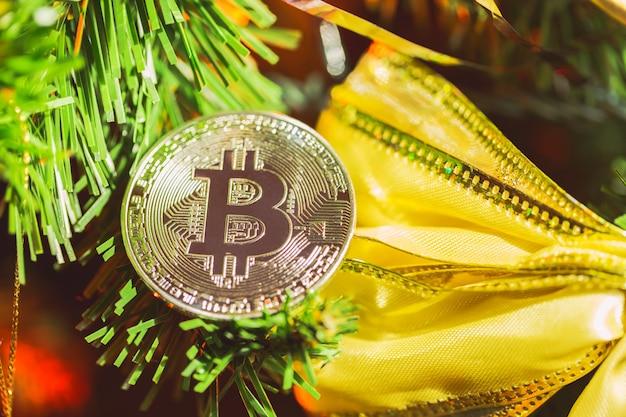 Decoração bitcoin na árvore de natal close-up