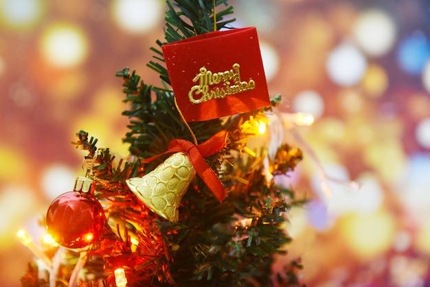 Decoração bonita árvore de natal - árvore de natal com bola estrela caixa de presente e luzes decoradas pinheiro feriado de ano novo festival celebração em casa interior
