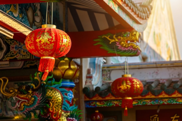 Decoração bonita da lanterna vermelha para o festival do ano novo chinês no santuário chinês arte chinesa antiga, o alfabeto chinês bênçãos escritas nele, é um lugar público tailândia