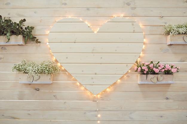 Decoração bonita do coração do casamento para fotografar no estilo rústico.