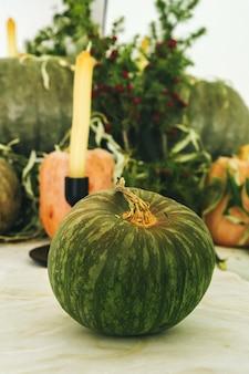 Decoração bonita mesa de outono com abóbora verde