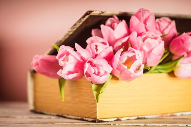 Decoração chique surrada - tulipas cor de rosa em livro vintage