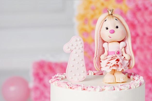 Decoração colorida de um bolo de aniversário de primeiro ano. imagem de close-up com copyspace