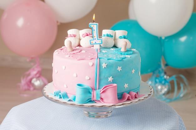 Decoração colorida de um bolo de aniversário do primeiro ano para gêmeos