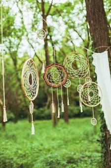 Decoração com apanhadores de sonhos em fundo verde da floresta