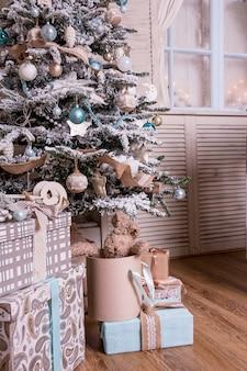 Decoração com árvore de natal, presentes, lareira, meias.