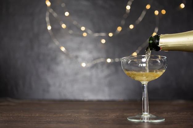 Decoração com derramar champanhe e copo