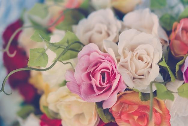 Decoração com flores artificiais sobre a mesa (imagem filtrada processados