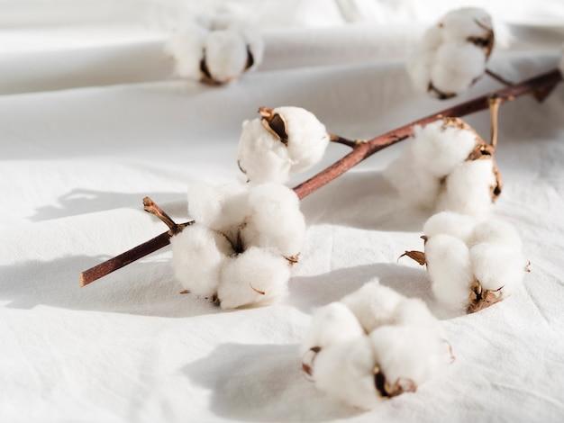 Decoração com flores de algodão em lençol branco