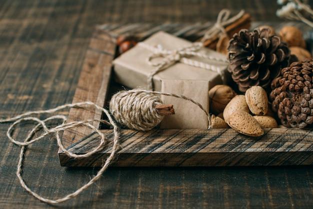 Decoração com moldura de madeira e cones