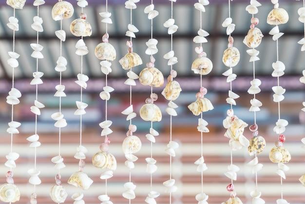 Decoração com muitas conchas e caracóis diferentes