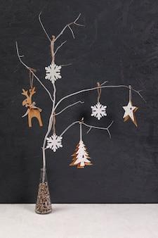 Decoração com pequena árvore decorada