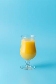 Decoração com suco de laranja e fundo azul