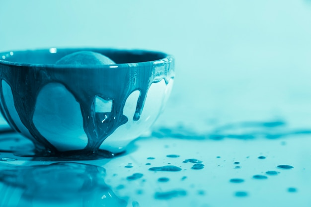 Decoração com tinta azul em uma tigela