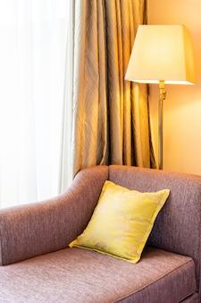 Decoração confortável travesseiro no sofá-cama
