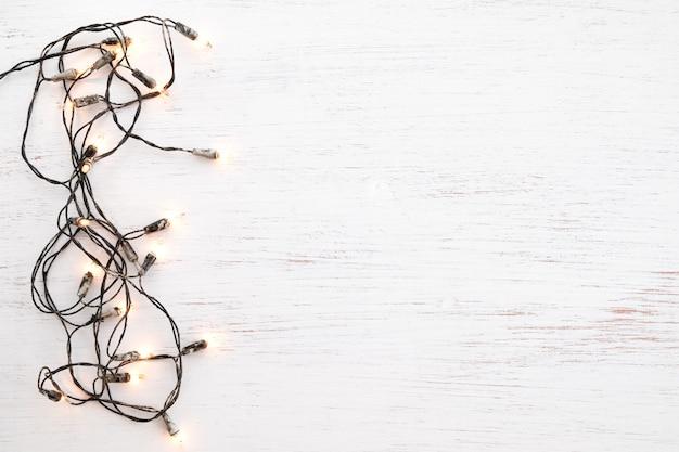 Decoração da ampola de natal na madeira branca. feliz natal e ano novo feriado backg