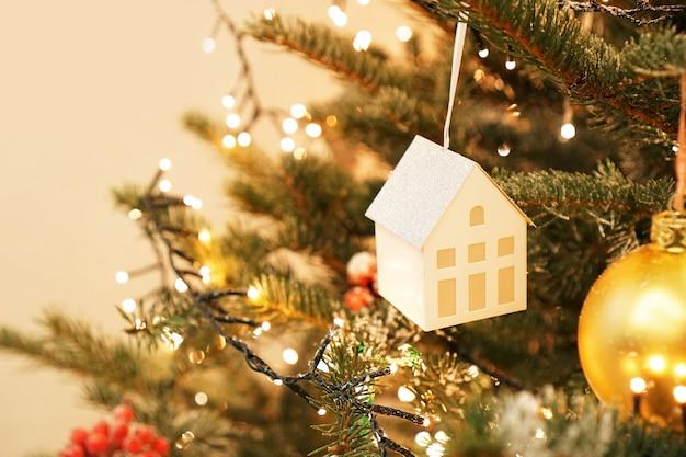 Decoração da árvore de natal. brinquedo da árvore de natal - casa. conceito de quarto infantil no estilo de ano novo