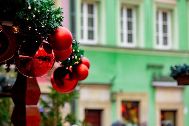 Decoração da árvore de natal, bugigangas no mercado em wroclaw, polônia