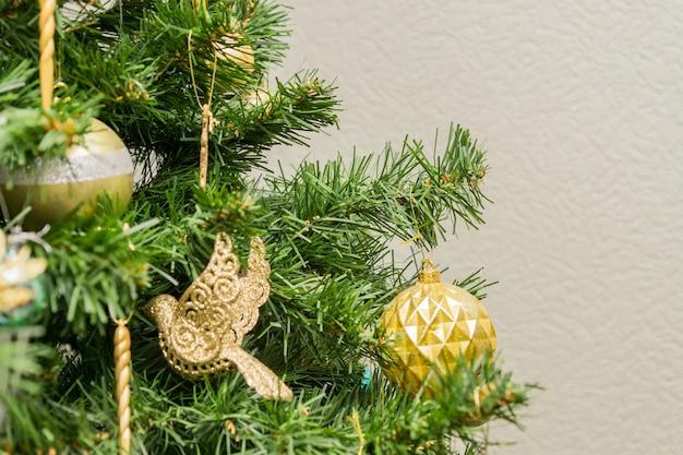 Decoração da árvore de natal com enfeites e festão.