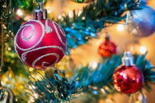 Decoração da árvore de natal no fundo dos galhos