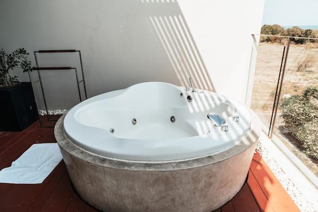 Decoração da banheira de hidromassagem na varanda