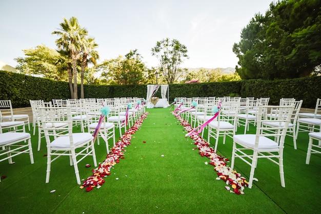 Decoração da cerimônia de casamento ao ar livre