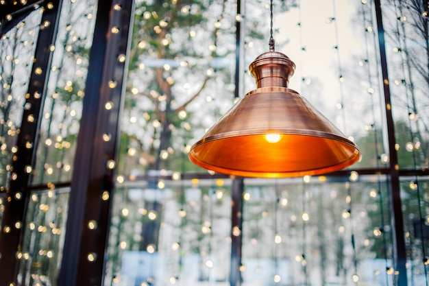 Decoração da lâmpada do teto em casa ou loja brilhante na luz laranja.