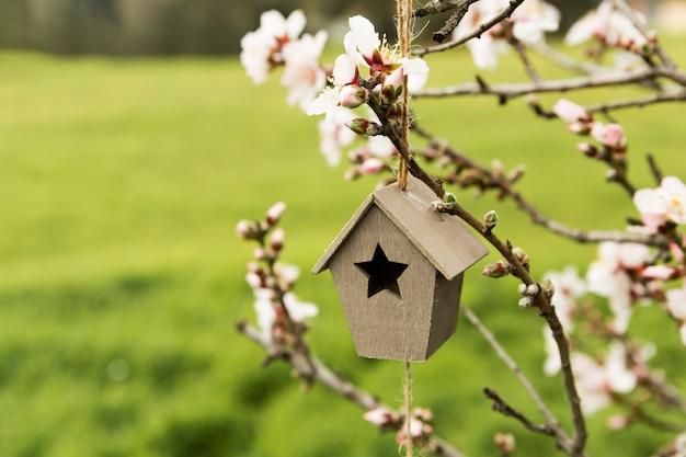 Decoração da pequena casa de madeira em uma árvore