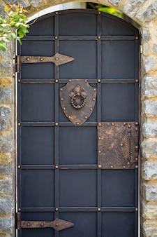 Decoração da porta com elementos ornamentados de ferro forjado, close-up.