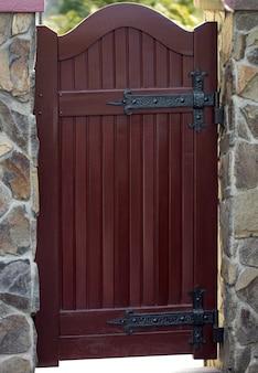 Decoração da porta com elementos ornamentados em ferro forjado, close-up.