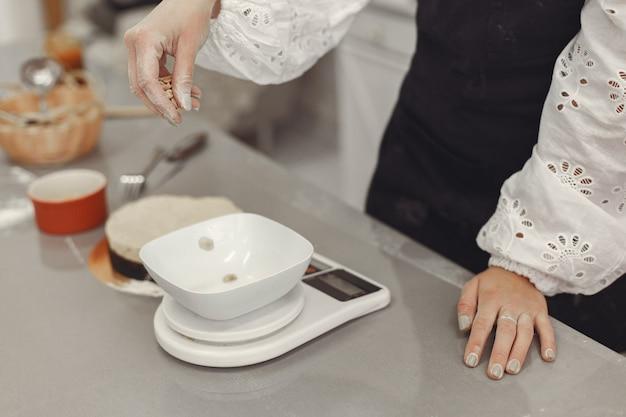 Decoração da sobremesa acabada. o conceito de pastelaria caseira, cozinhar bolos.