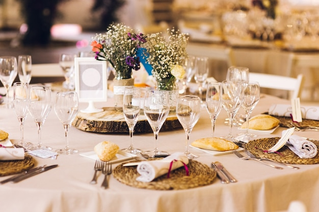 Decoração das peças centrais de um casamento com os detalhes de talheres e vintage.