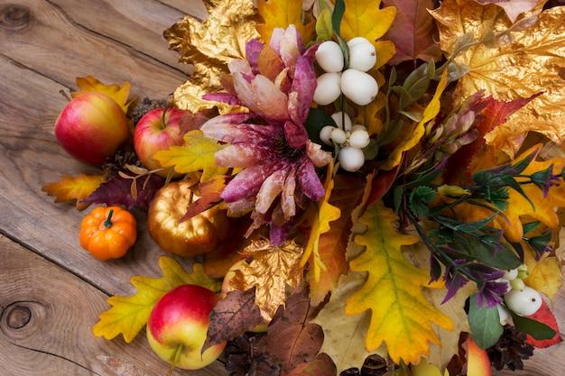 Decoração de ação de graças com flores de seda, snowberry e folhas de outono