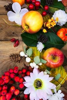 Decoração de ação de graças com maçãs, rrowan e margarida de seda branca, vista superior